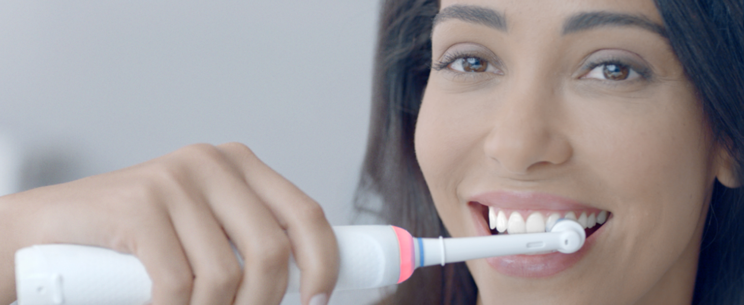 BUILT-IN GUM PRESSURE CONTROL HELPS YOU BRUSH YOUR BEST