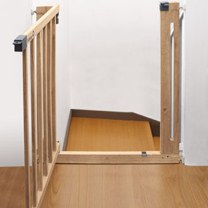 Safety 1st;home safety;door gates;Easy close wood;module 3;image 3;practical